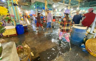 Quá nhiều bất ổn, vì sao chợ đầu mối thủy hải sản ở An Giang vẫn hoạt động?