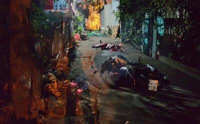 Xe máy kẹp 3 lao vào tường lúc rạng sáng, 2 người tử vong
