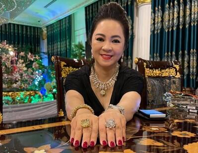 Bà Phương Hằng khoe 2 cục kim cương to khủng khiếp, khẳng định 'tính bằng kí' không hề bốc phét!