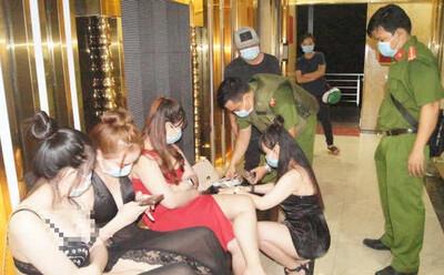 Quán karaoke khóa cửa, có người cảnh giới, bên trong 95 khách hát 'tưng bừng' bất chấp dịch Covid-19