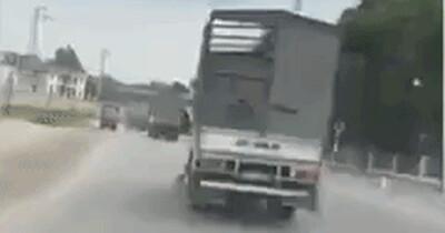 Xử phạt tài xế điều khiển xe tải lạng lách, đánh võng không cho xe cứu thương vượt lên