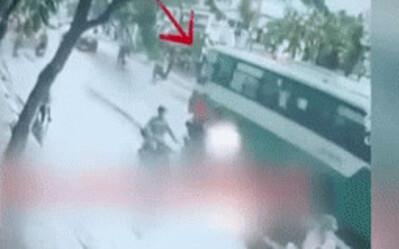 Khoảnh khắc đau lòng nữ sinh bị xe buýt cán tử vong, người cha khóc nghẹn ôm thi thể con giữa đường