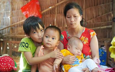 Chồng bỏ lúc mang thai, người mẹ bất lực nhìn 3 đứa con thơ khát sữa, cha già bệnh tật...