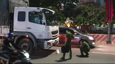 Chồng ôm thi thể vợ gào khóc trên quốc lộ 13 sau tai nạn với xe tải