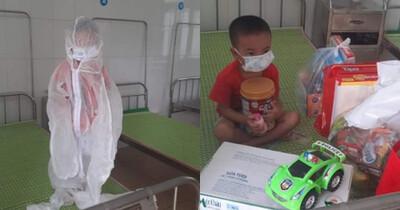 Xót xa cháu bé 4 tuổi mắc Covid-19 tay ôm khư khư hộp sữa, mặc đồ bảo hộ kín mít trong khu cách ly