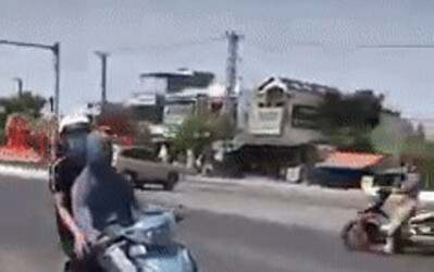Clip: Bịt mắt chạy xe lạng lách giữa phố, nam thợ sơn bị phạt 7,5 triệu đồng