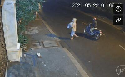 Camera ghi lại cảnh 2 người đi xe máy mang bé sơ sinh đến bỏ ở bãi đất trống lúc 1h sáng