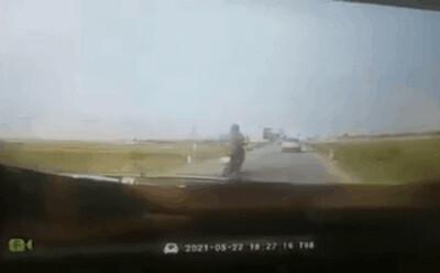 Thót tim cảnh nam thanh niên thoát chết 'thần kỳ' khi đâm đuôi xe con rồi ngã trước xe đầu kéo