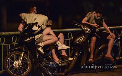 Nam thanh nữ tú vô tư tụ tập đông nghịt tại hồ Tây đến nửa đêm bất chấp lệnh cấm để phòng dịch