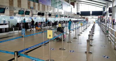 Lượng hành khách đi máy bay tiếp tục giảm mạnh