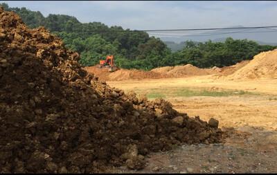Thạch Hoà: Tràn lan chất thải, phế thải xây dựng đổ vào đất dự án