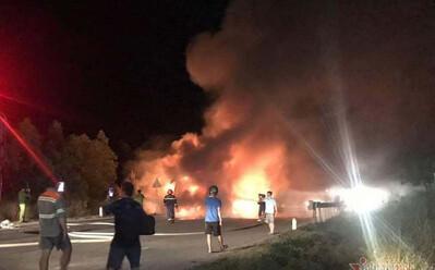 Xe khách giường nằm bốc cháy ngùn ngụt trên Quốc lộ 1A