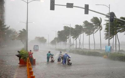 Áp thấp nhiệt đới mạnh lên thành bão giật cấp 10, đang đổ bộ vào đất liền gây mưa dông lớn ở Bắc Bộ