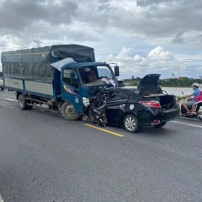 Hưng Yên: Ô tô con đấu đầu xe tải khiến 3 người tử vong, trong đó có cháu bé 4 tuổi