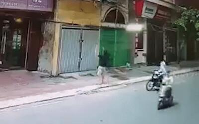 Sửng sốt cảnh bé gái rơi từ lan can tầng 2 xuống ở Nam Định: Trong nhà không có ai