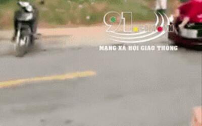"""Clip gây xôn xao MXH: Mặc vợ nằm trên nắp capo ô tô đánh ghen, chồng vẫn lái xe cùng nhân tình """"phi"""" như bay"""