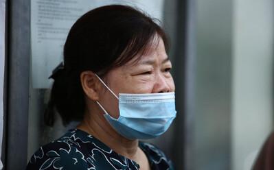 Nước mắt người mẹ bên ngoài phòng thi và câu chuyện xúc động về cô con gái bị liệt
