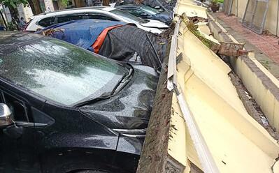 Hà Nội: Bức tường dài hàng chục mét đổ sập, đè 12 ô tô hư hỏng