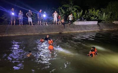 Lặn mò trong đêm tìm kiếm thi thể hai chị em họ 9 tuổi và 13 tuổi đuối nước trên sông