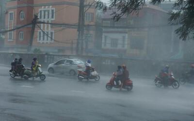 Bão số 3 đổ bộ Trung Quốc rồi ngược xuống Vịnh Bắc Bộ, Hà Nội mưa lớn kèm lốc sét
