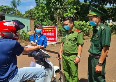 Tuổi trẻ Công an tỉnh Bình Phước hợp sức tạo 'lá chắn thép' ở các chốt chống COVID-19