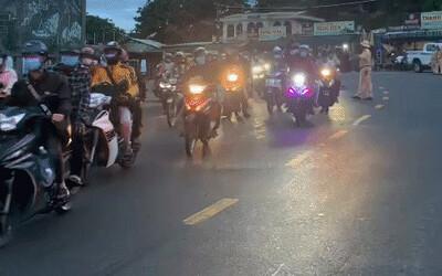CSGT Đà Nẵng tiếp tục 'hộ tống' hàng trăm người từ TP. Hồ Chí Minh về quê bằng xe máy