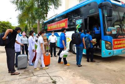 Bình Phước: 900 gia đình ở 'tâm dịch' Sài Gòn nhận những phần quà từ 'Chuyến xe yêu thương'