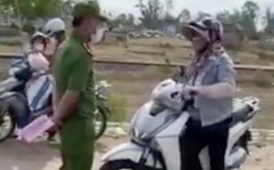 Người phụ nữ làm loạn ở chốt kiểm soát dịch, lớn tiếng với chiến sĩ công an: 'Đụng tới tao là hết giờ'
