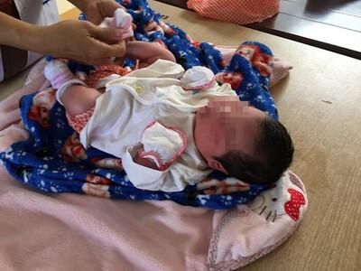 Phát hiện bé gái sơ sinh còn nguyên dây rốn trước cửa nhà dân