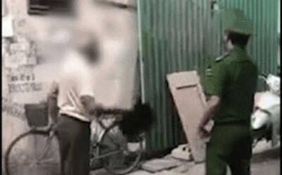 Hà Nội: Cụ ông bị nhắc nhở đeo khẩu trang cầm mũ cối đánh thẳng mặt chiến sỹ công an