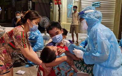 Bé gái mới sinh lây SARS-CoV-2 từ người thân