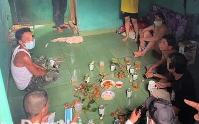 Công an bắt quả tang 8 người tụ tập ăn nhậu giữa lúc đang giãn cách xã hội