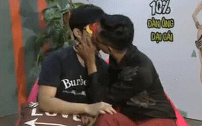Trước khi bị khai tử, show hẹn hò Việt còn gây sốc bằng cảnh 2 chàng trai hôn nhau đắm đuối