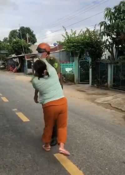 Chồng bị lập biên bản vì 'ở nhà buồn nên đến nhà thằng em chơi', vợ xông vào đánh công an