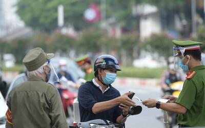 Hà Nội: Ngày đầu siết chặt việc cấp và sử dụng Giấy đi đường theo mẫu mới, nhiều người chưa kịp bổ sung giấy tờ