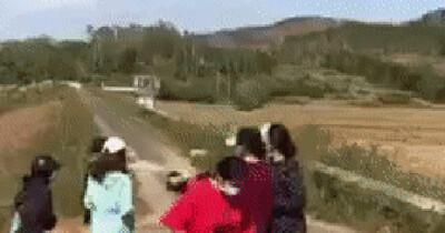 Công an xác minh clip nữ sinh bị nhóm bạn dùng cây, mũ bảo hiểm đánh tới tấp