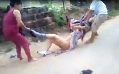 Người phụ nữ bị nhóm 5 người đánh đập, lột áo quần quay clip rồi tung lên mạng