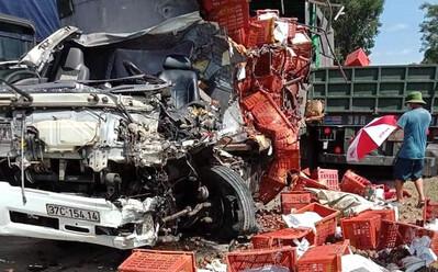 Xe tải chở hoa quả và xe đầu kéo đối đầu trên đường mòn, một tài xế tử vong