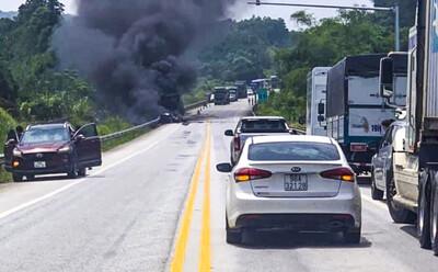 Phát hiện thi thể ở hiện trường xe đầu kéo bốc cháy trên cao tốc Nội Bài - Lào Cai