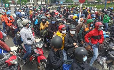 Hàng trăm người lỉnh kỉnh đồ đạc, đi xe máy rời Tp. HCM, công an ra sức vận động quay lại nơi tạm trú