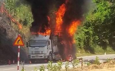 Xe tải đang chạy bốc cháy ngùn ngụt trên đường Hồ Chí Minh, tài xế bung cửa thoát thân