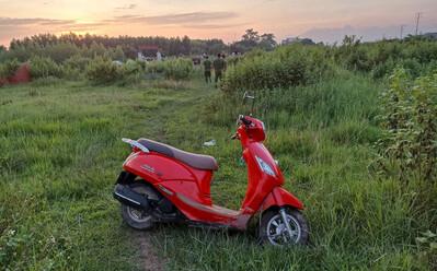 Người đàn ông gục chết bên cạnh chiếc xe máy trong bãi cỏ ở Bắc Giang