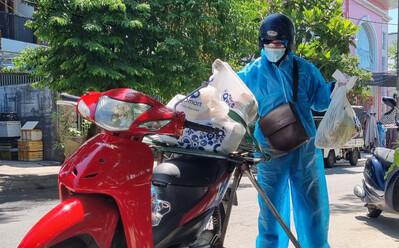 Cận cảnh shipper Đà Nẵng giao hàng cho khách trong ngày đầu hoạt động trở lại