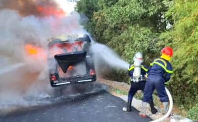 Xe khách đang chở 11 người hoàn thành cách ly Covid-19 về bất ngờ bốc cháy dữ dội