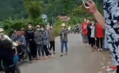 Nhóm nữ sinh đánh nhau túi bụi trên đường ở Hòa Bình, nhiều nam sinh ko can ngăn mà đứng cổ vũ, reo hò
