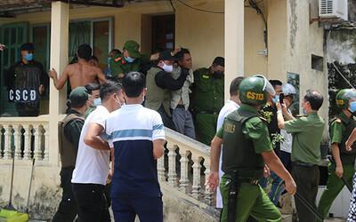 Nam Định: Cảnh sát giải cứu cô gái bị bố đẻ bắt làm con tin trong nhà nhiều giờ liền