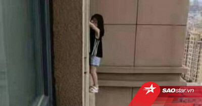 Clip: Thót tim cảnh bé gái bị mắc kẹt ngoài cửa sổ tầng 23, chỗ đứng chỉ rộng bằng nửa bàn chân
