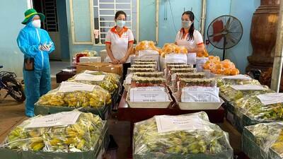Khi 700 sinh viên Đại học Sư Phạm TP HCM vui mừng nhận quà từ người Bình Phước trong mùa dịch