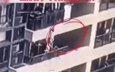 Clip thương tâm: Bé trai đu lan can tầng 22 rồi trượt tay rơi xuống đất tử vong tại chỗ, mặc dù bố mẹ đều ở nhà