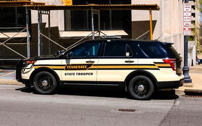 Bị truy đuổi trên cao tốc, người đàn ông tự xẻo 'của quý' ném vào xe cảnh sát hòng chạy trốn